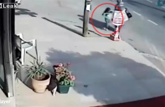 【事故映像】暴走した車の先には・・・運悪く母親と可愛い幼女が・・・