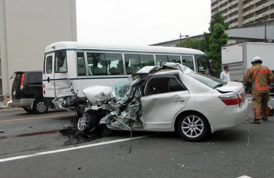【グロ注意】家族を乗せた車がトラックに衝突される…その車の中身が…
