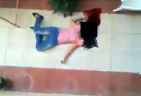 【殺人事件】スタンガンを友人に向け遊ぶ美女→友人女性が窓から落下して死亡・・・