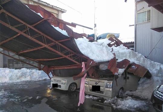 【事故映像】横転した車の下敷きになった少年・・・奇跡の生還!