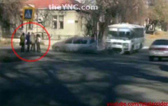 【閲覧注意】交差点で止まってる仲良し少女4人組に突っ込む車・・・