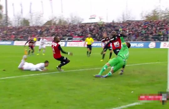 【神業】サッカーのPKで起きた奇跡のディフェンスがすごすぎるwww