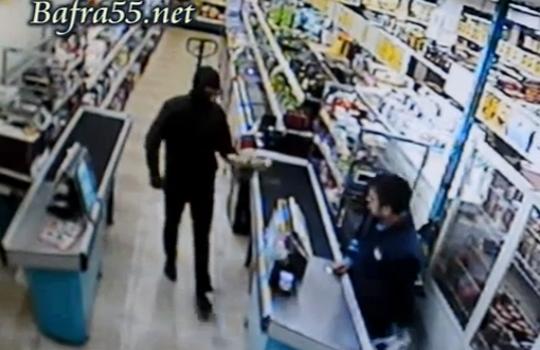 【強盗映像】銃を持った強盗に勇敢に向かっていった結果・・・