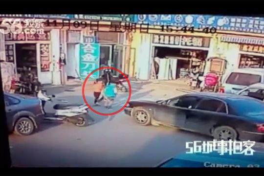 【閲覧注意】ブレーキとアクセルを踏み間違えた車が遊んでた兄妹に向かっていく・・・