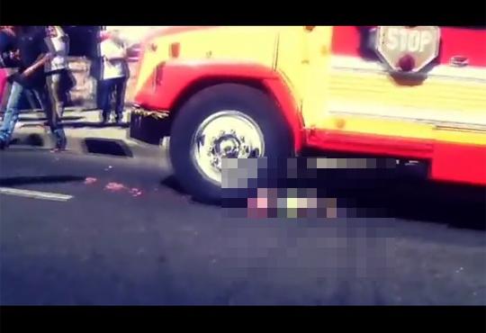 【グロ注意】子供を乗せるつもりが轢いてしまったスクールバス・・・