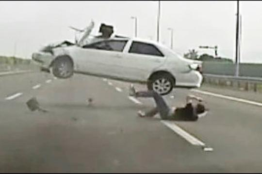 【事故映像】信号無視でバイク轢かれた男性に後続車がトドメの一撃!