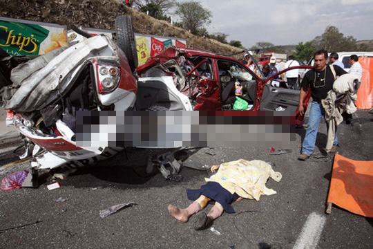【事故映像】高速道路でいきなり人が横切ったらどうなるかやってみた結果