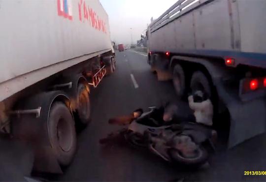 【神回避】トラックと接触事故でこんな神回避みたことないw