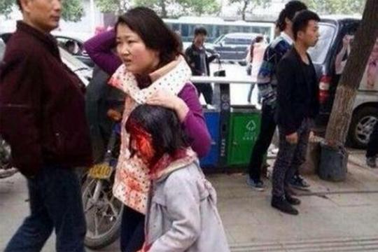 【閲覧注意】歩く人に包丁を持って襲い掛かる通り魔映像がガチで怖い・・・