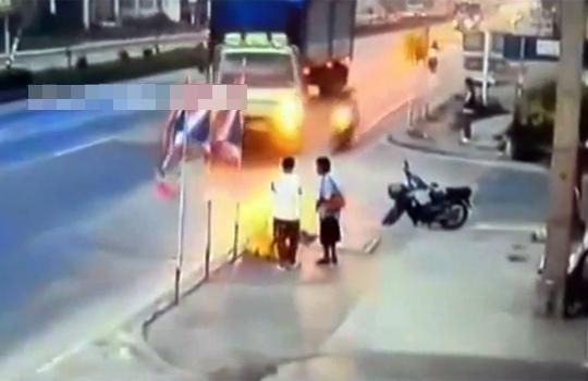 【事故映像】左折しようとしたトラックをバイクが無理矢理すり抜けようとした結果・・・