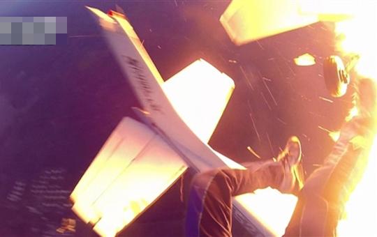 【神映像】スカイダイビングの飛行機が突然爆発!帰還までの一部始終・・・