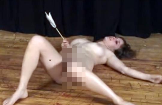 【閲覧注意】全裸の女性の腹に弓矢を打ち込んでみた…※閲覧注意