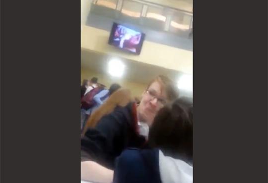 【エロ事故】高校の映像機器ハッキングしてAVを流してみたw