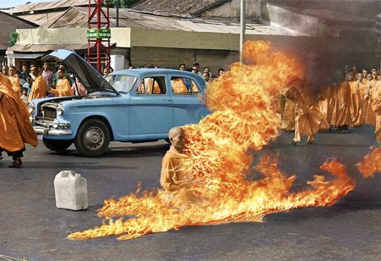 【グロ動画】何か燃えてると思って見たらニンゲンが燃えてた・・・※閲覧注意