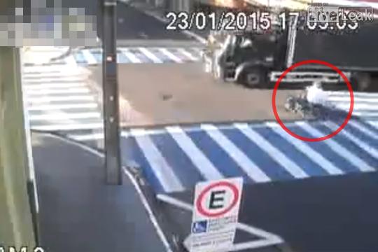 【閲覧注意】止まれなかったバイク・・・トラックのタイヤに頭だけ轢かれ死亡・・・