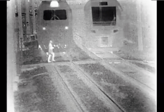 【事故映像】暗視カメラが捉えた女性が電車に轢かれる一部始終・・・
