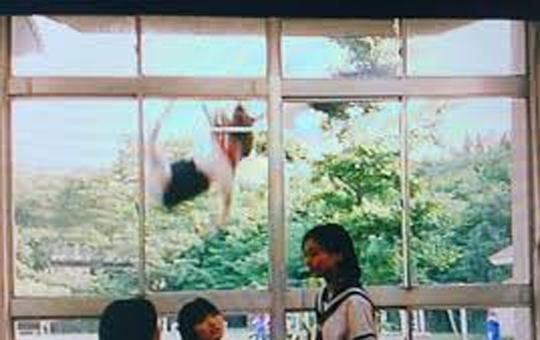 【衝撃映像】飛び降り自殺しようとする女性を間一髪救助!