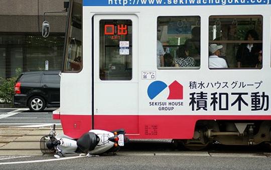 【事故映像】走ってる電車に突撃していくバイクの末路・・・※閲覧注意