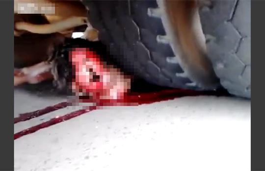 【グロ動画】バイクの持ち主がいないと思ったらバスと同化してた・・・※閲覧注意