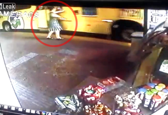 【閲覧注意】女性がバスを止めようとする→両足真っ二つ・・・