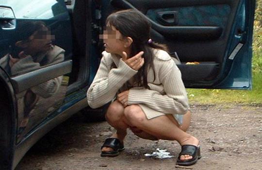 【エロ画像:盗撮】素人女子の野外放尿画像がエロすぎるwwwww