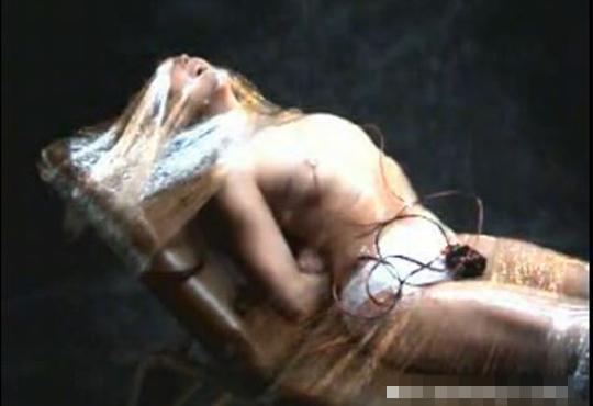 【エロ拷問】金髪美女をラップで動きを封じ込めて、電流拷問 ※グロ動画