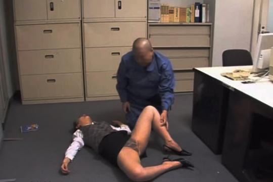 【レイプ】美人OLを強引に眠らせて好き放題レイプする清掃員!