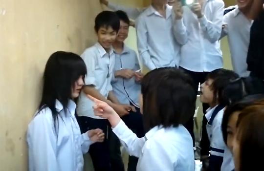 【いじめ】大人しそうな美少女に強烈ビンタ・・・集団いじめ映像