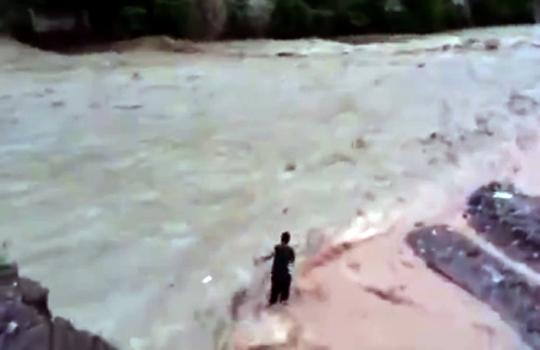 【衝撃映像:自殺】激流の川で自殺を図る男・・・あっという間に見えなくなる