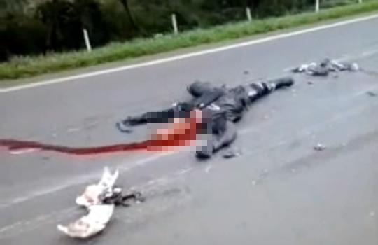 【グロ動画:事故】バイクがトラックと衝突しライダーの頭が完全に潰れる