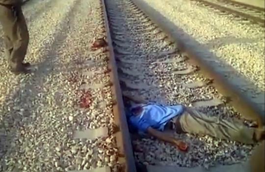 【グロ動画:自殺】電車に頭だけ見事に撥ね飛ばされた轢き死体
