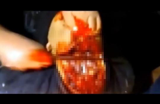 【閲覧注意:殺人】切れ味の良いサバイバルナイフでの斬首映像、イラク