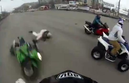 【衝撃映像】振り向いたらクラッシュしたバイクが目の前に…