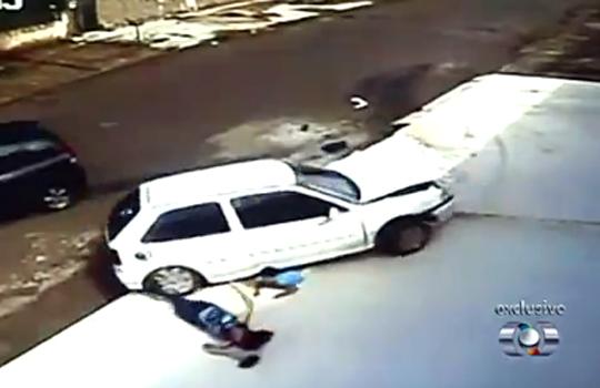 【衝撃】これがゴムゴムの実の能力・・・車に轢かれたのに無傷な少年w