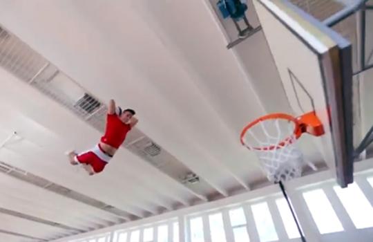 【神業】すげぇ!!バスケのダンクパフォーマンスがアニメを超えるwww