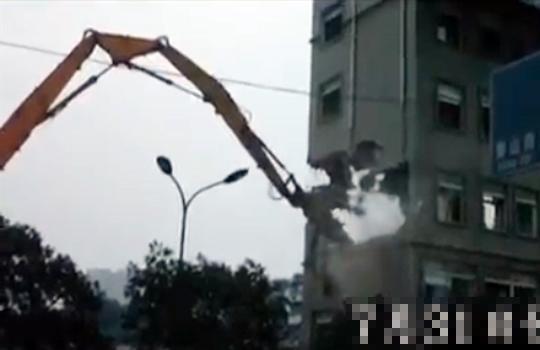 【中国】他にはまねできないw中国式ビル解体術!