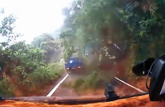 【衝撃映像】目の前で土砂崩れが!!人を乗せたトラックが飲み込まれ崖の下に・・・
