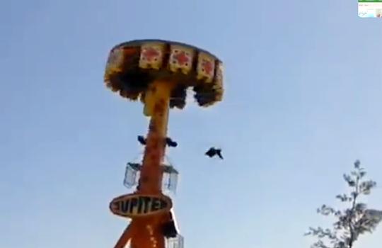【衝撃映像】遊園地で転落事故?!歓声が一転、悲鳴に・・・