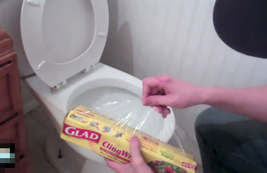 【どっきり】マジキチ糞尿トラップwトイレにサランラップで彼女ブチ切れw