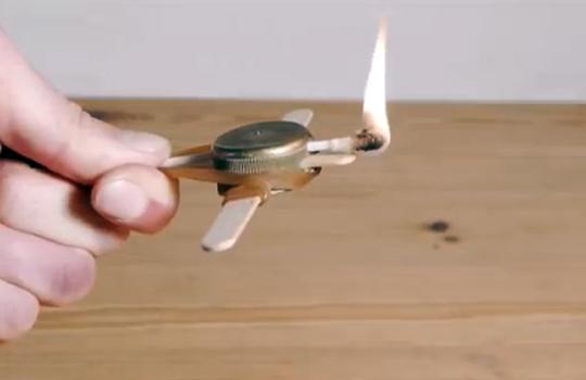 【衝撃映像】簡単な物で超簡単にミニクロスボウが作れる!?これやべぇw