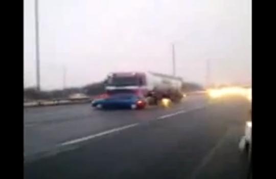 【クラッシュ】大型トラックが乗用車を押しながら高速道路を暴走w