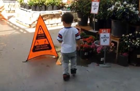【衝撃映像】注意書きを破ってしまった男の子が・・・消える!?