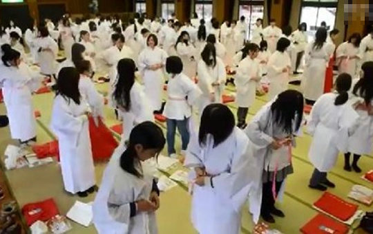 【流出映像】巫女のバイトの女の子200人が大広間で一斉に着替えている動画がネットに公開されている件