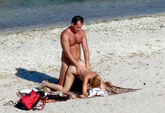 【エロ画像】海外のビーチ、セ○クスしてるカップル多すぎだろ・・・