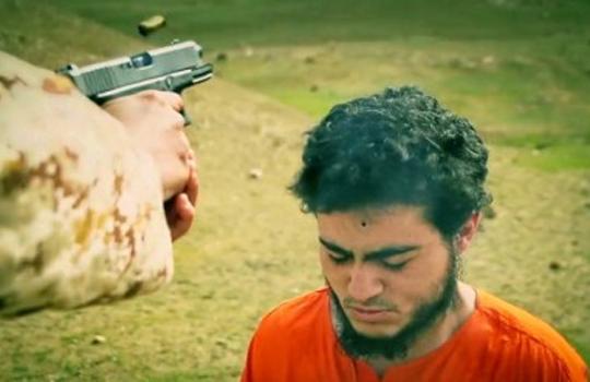 【速報・閲覧注意】ISIS(イスラム国)最新動画。少年兵士がスパイを無慈悲に銃殺処刑。フルVer.(画像・動画)
