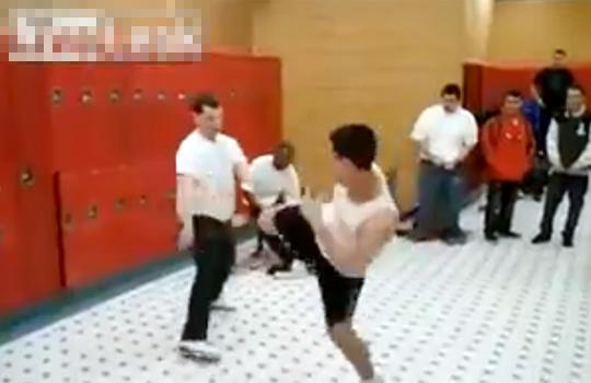 【衝撃:喧嘩】カンフーを真似た馬鹿が案の定地面に叩きつけられるw