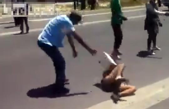 【閲覧注意:レイプ】倒れている白人女性にコンクリートのブロックを投げつけ暴行を加える黒人たち