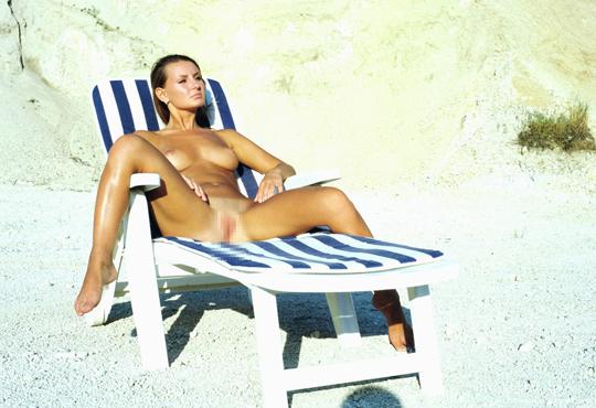 【エロ画像】マンコ丸出しで遊んでるヌーディストビーチにいた金髪美女達がいやらし過ぎるw
