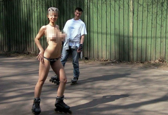 【エロ美女】ロシアの露出狂美少女が全裸でジョジョ立ちしてる!!!