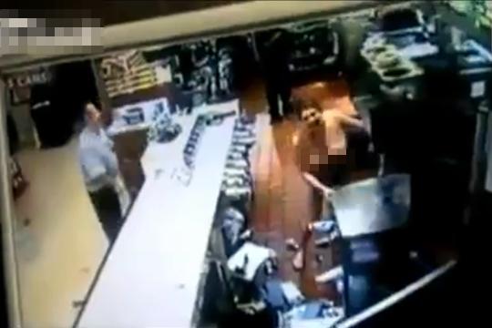 【衝撃動画】マクドナルドに乳丸出しで暴れまわる進撃の巨人w